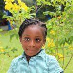 加纳国际学校的小女孩腼腆的看着镜头