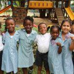 加纳国际学校的学生们在游乐场边
