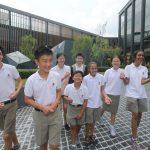 华中国际学校的学生开心的在校园里谈笑
