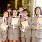 华中国际学校的学生穿着整齐的校服合影