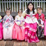 现代外语学校的老师和学生穿着传统服装
