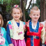 现代外语学校的学生穿着韩国传统服装