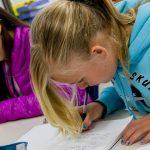 现代外语学校的学生在认真写字