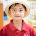 现代外语学校的小男孩微笑看着镜头