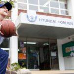 现代外语学校的学生在教学楼前打篮球