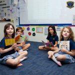 Invictus国际学校的小朋友们坐在地板上看书