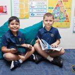Invictus国际学校的2个小男孩看书