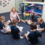 Invictus国际学校的老师和学生一起看书
