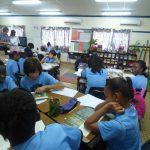 阿比让国际社区学校的学生在教室里学习