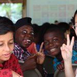 阿比让国际社区学校的学生兴奋开心的比V字