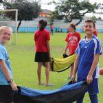 阿比让国际社区学校的学生帮助体育老师抬运动设备