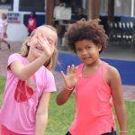 阿比让国际社区学校的2个小女孩挥手