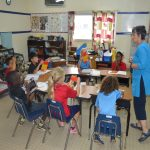 阿比让国际社区学校的老师给学生上课