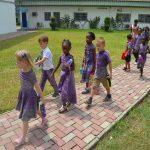 阿比让国际社区学校的学生放学回家