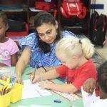 阿比让国际社区学校的老师辅导学生学习
