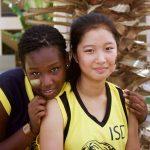 达喀尔国际学校的学生在芭蕉树前
