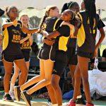 达喀尔国际学校的运动队员在场上兴奋的拥抱