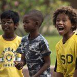 达喀尔国际学校的学生兴奋的看比赛