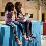 达喀尔国际学校的学生坐在矮墙上