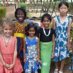莫希国际学校的学生穿着颜色鲜艳的裙子