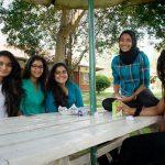莫希国际学校的学生们在户外聚会