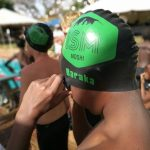莫希国际学校的学生戴上泳帽准备游泳