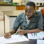 坦噶尼喀国际学校的学生认真学习