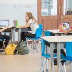坦噶尼喀国际学校的学生们在教室里