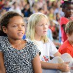 坦噶尼喀国际学校的学生专注的看比赛
