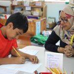 坦噶尼喀国际学校的老师指导学生学习