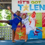 坦噶尼喀国际学校的2个学生穿着表演服