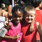 坦噶尼喀国际学校的2个小学生拥抱着