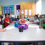 坦噶尼喀国际学校的学生在课堂上听课