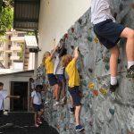 坦噶尼喀国际学校的学生在攀岩