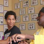 卢旺达基加利国际学校的学生在聊天