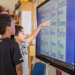 卢旺达基加利国际学校的学生在互动白板上认单词