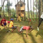 基加利国际社区学校的学生在做户外拓展活动