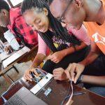 基加利国际社区学校的学生在做实验