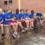 基加利国际社区学校的学生坐在矮墙上