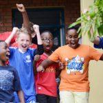 基加利国际社区学校的学生兴奋的跳了起来