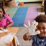 基加利国际社区学校的学生手上涂满面粉