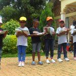基加利国际社区学校的学生在户外看书