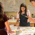 林肯社区学校的学生在进行美术创作