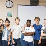 林肯社区学校的学生在白板前站成一排