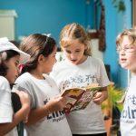 林肯社区学校的学生在一起看书