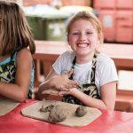 林肯社区学校的学生玩橡皮泥