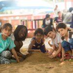 林肯社区学校的学生玩沙子