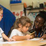 林肯社区学校的老师辅导学生学习