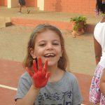 林肯社区学校的学生手掌涂成红色