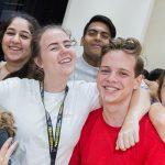 海外家庭学校的学生开心合影